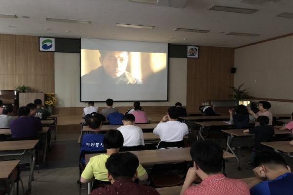 영화를 보고있는 사람들의 모습(뒤에서 찍은 사진)