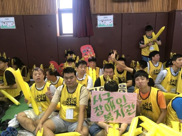 연합체육대회에서 응원도구를 들고 응원중인 사람들의 모습