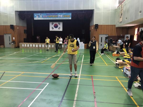 연합체육대회에서 공놀이를 하고 있는 사람들의 모습