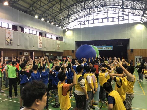 연합체육대회에서 공넘기기 놀이를 하고 있는 사람들의 모습